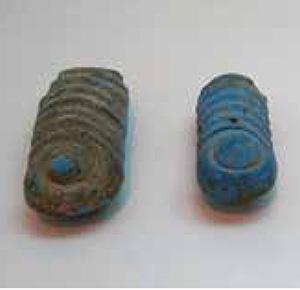 نمونه هایی از دستههای شمشیر هخامنشی را میبینید که با سنگ لاجورد تزئین شدهاند و در تخت جمشید یافت شدهاند.