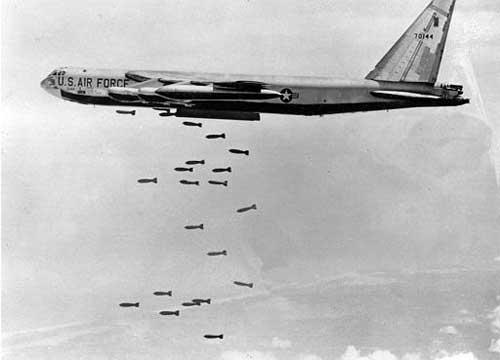 بمباران بمب افکن های آمریکایی بر سر مردم ویتنام