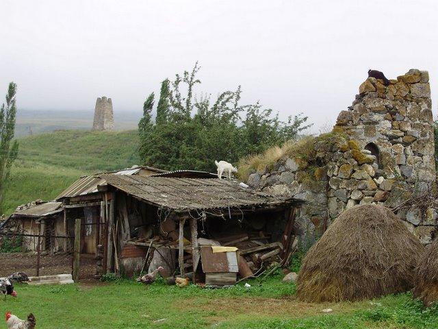 درگَوس در اوستیای شمالی-آلانیا، بازمانده مردگان در خانههای این محل هنوز جامهبرتن دیده میشوند.