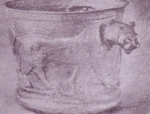 شیر بر جام زر کلاردشت، نقش گردونه مهر بر ران شیر دیده می شود. شیر جانور شکوهمندی نزد ایرانیان بوده است