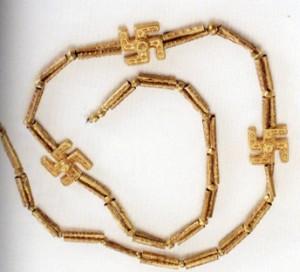 گردنبند با نشان گردونه مهر، یافت شده از گیلان