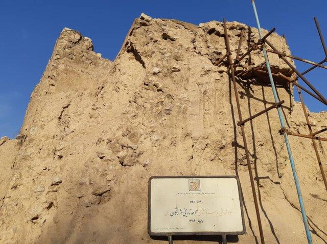 تابلو اعلام کاوش در محوطه تاریخی دژ رشکان