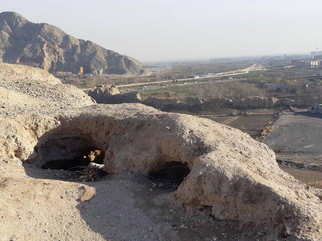 نمونه حفاری غیرمجاز در بین سازههای باقی مانده دژ