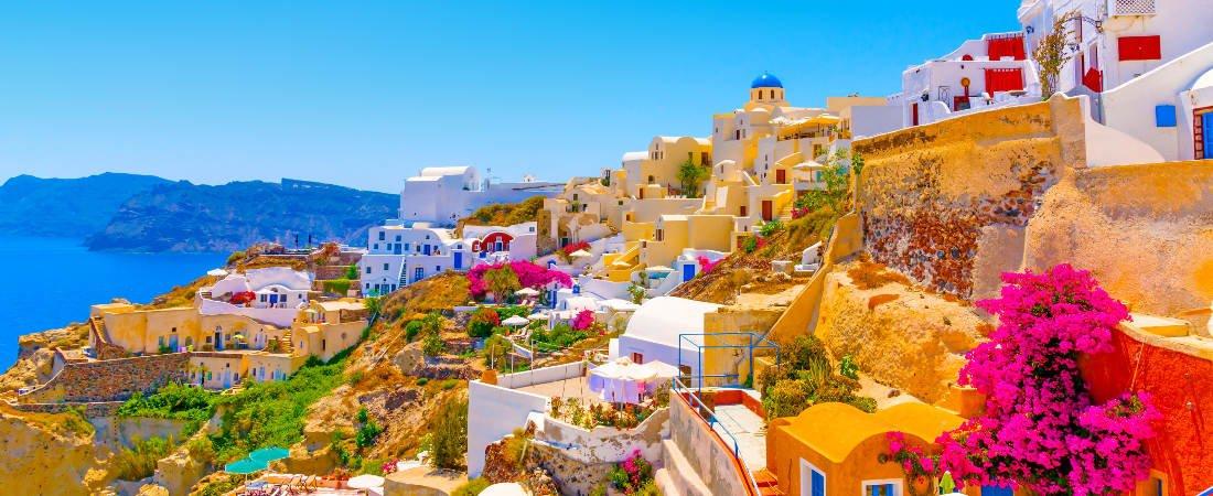 منظرهای از جزیره سانتورینی در جنوب شرقی سرزمین اصلی یونان و شمال جزیره کرت که بر دهانه آتشفشان قراردارد.