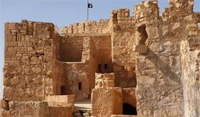 """پرچم سیاه داعش بر فراز قلعه تاریخی شهر """"پالمیرا"""""""